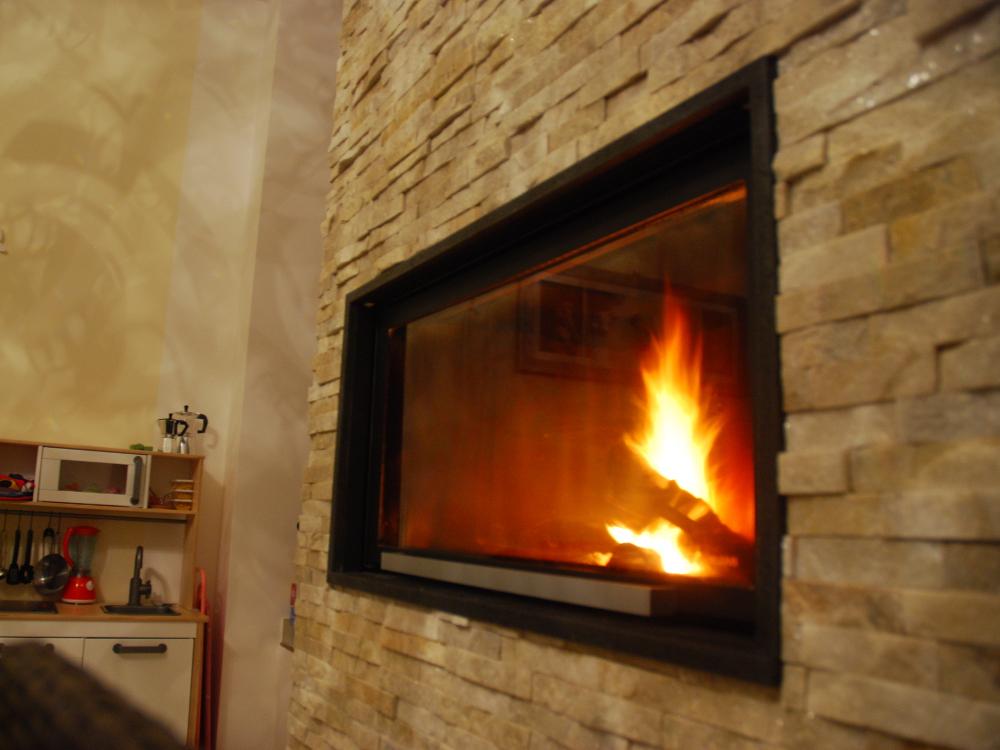 Termocamino ad aria - Rivestimento FIAMMA: cornice in pietra lavica e pannello in quarzite a rilievo da 3 cm