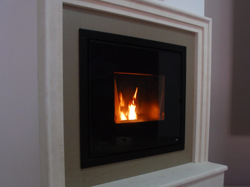 Inserto a pellet idro - Rivestimento LIBERTY : Cornice esterna e base in limestone , cornice interna in pixel oro